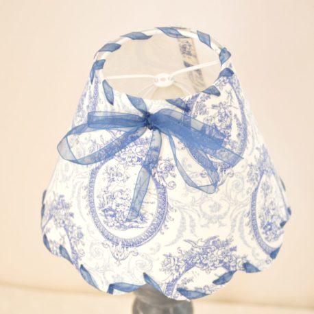 petit abat-jour toile de jouy bleu forme feston.
