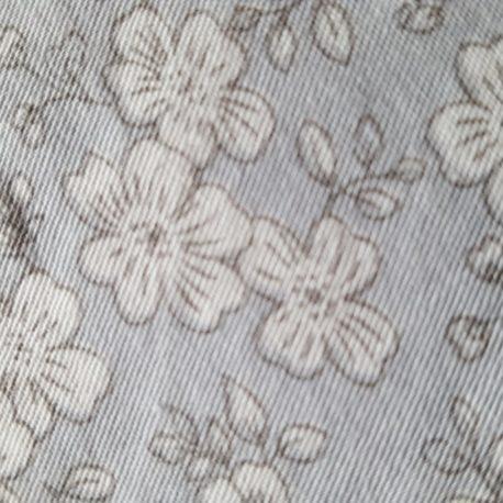 Motif tissu gris à fleurs blanches
