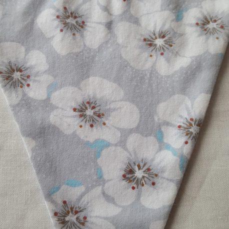 Tissu grandes fleures grises et bleues.