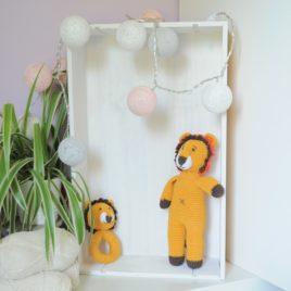 Ensemble hochet doudou crocheté artisanal représentant un lion