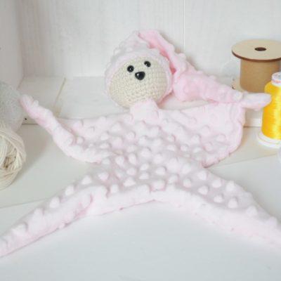 Doudou en minky étoile rose vue de face. Tête en crochet oeko-tex. Ouatine en fibre synthétique