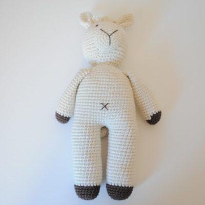 Lama en crochet beige certifié eoko-tex . Broderie manuelle.