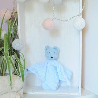Doudou en minky bleu avec tête en crochet