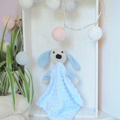 Doudou chien plat en minky bleu . Tête en crochet