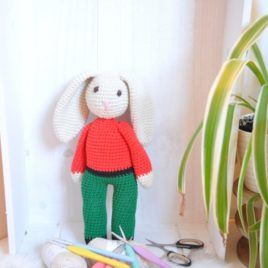 Doudou lapin de Noël en crochet