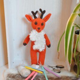 Petit renne de Noël en crochet et son écharpe
