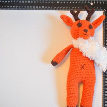 Création fait main en crochet. Petite renne avec son écharpe blanche