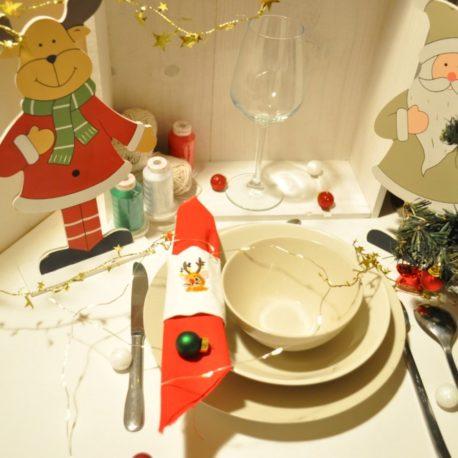 Suggestion de présentation. Broderie petite souris renne de Noël sur rond de serviette en tissu. Création artisanale Bébé Boutchou