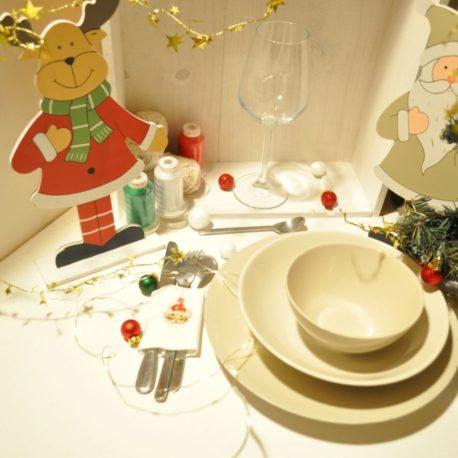 Suggestion de présentation. Broderie petite souris de Noël sur rond de serviette en tissu pour couverts. Création artisanale Bébé Boutchou