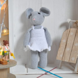 Doudou en crochet, souris grise en robe blanche
