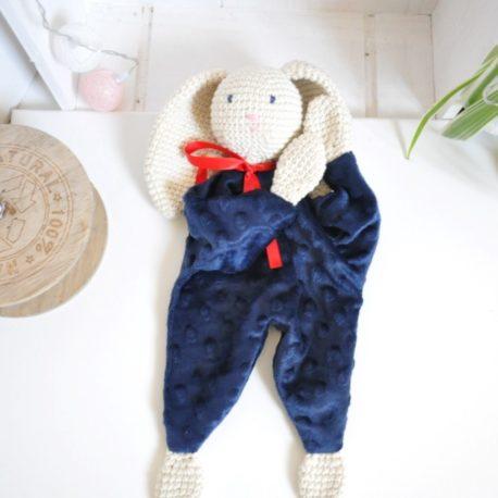 Doudou plat en minky bleu marine et en crochet. Création artisanale, coton certifié oeko-tex, ouate de rembourrage anti acarien, imputrescible