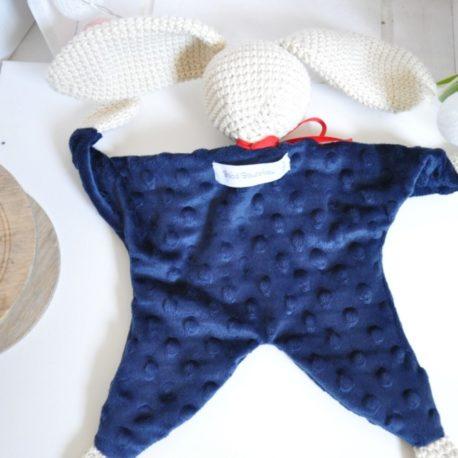 Doudou plat en minky bleu marine et en crochet. Création artisanale,