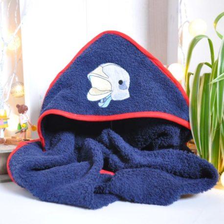Cape de bain pompier 0-6 mois en éponge bleue marine et biais rouge. Broderie casque de pompier
