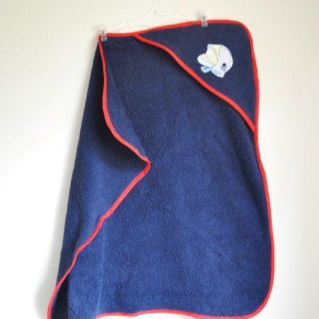 Cape de bain pompier en éponge bleue marine et biais rouge. Broderie casque de pompier 70 cm X 70 cm (0-6 mois)