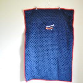 Couverture Minky bleue marine doublée en coton. Broderie pompier grande échelle