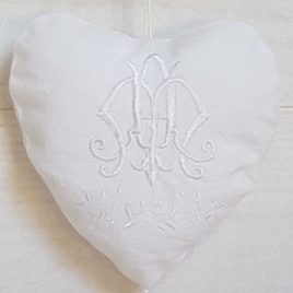Cœur shabby brodé d'un double monogramme. Création artisanale Bébé Boutchou